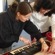 Menschen lernen einfach und mühelos Klavier und Gitarre spielen. Abend-Workshop nach der Musik-Verstehen-Methode mit Gerd Pölzl in Wien. Improvisieren und Begleiten