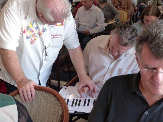 Duncan Lorien zeigt, wie man Akkorde am Keyboard einfach greift