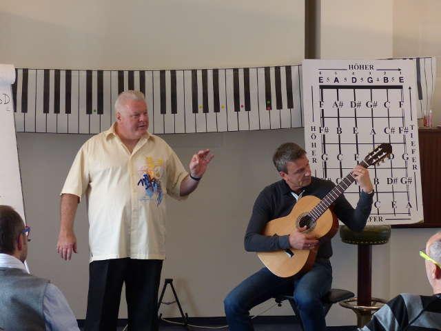 Duncan Lorien zeigt Akkorde und Tonleitern auf der Gitarre im Musik-Verstehen-Seminar
