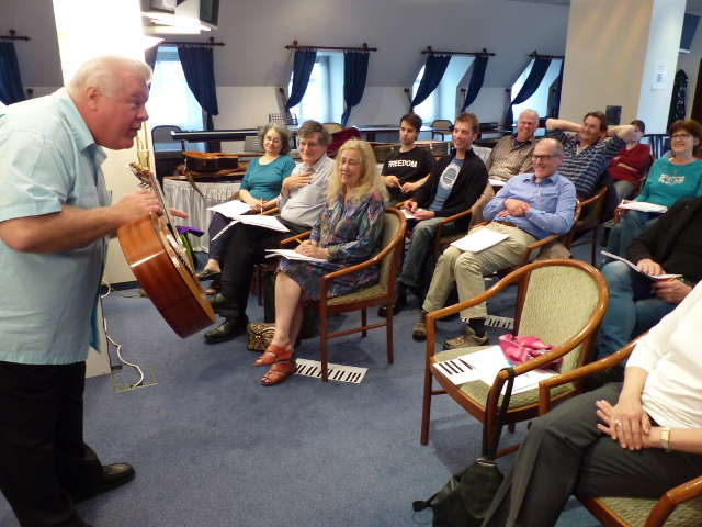 Duncan Lorien erklärt die Einfachheit der Gitarre im Musik-Verstehen-Seminar
