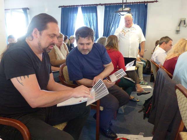 Teilnehmer am Musik-Verstehen-Seminar mit Duncan Lorien in Wien studieren die Notennamen und erkennen die Zusammenhänge in der Musiktheorie