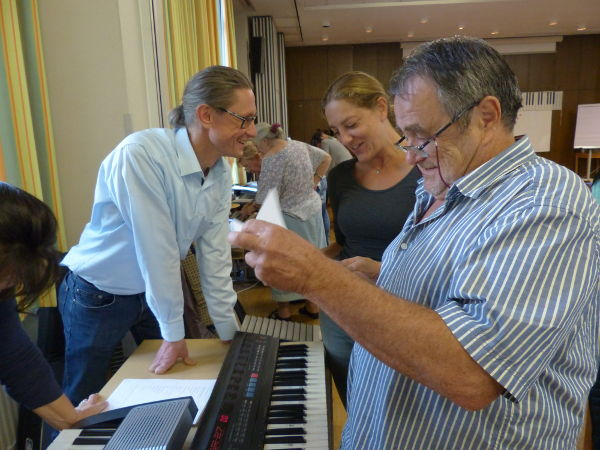 """Austausch der Teilnehmer untereinander beim Musik-Verstehen-Seminar """"Improvisieren und Begleiten"""" 2018 in Wien"""