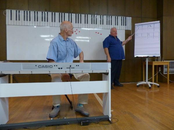 Duncan Lorien unterrichtet Liedbegleitung am Keyboard