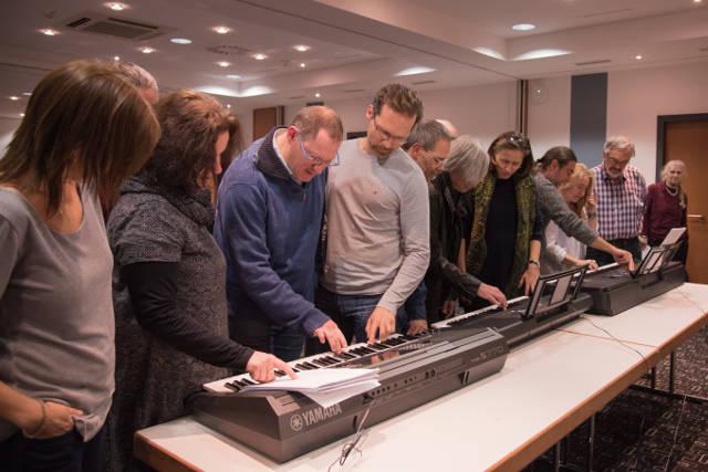 Teilnehmer des Musik-Verstehen-Seminars üben Tonleitern und Akkorde