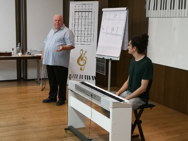 Duncan Lorien erklärt Liedbegleitung am Klavier